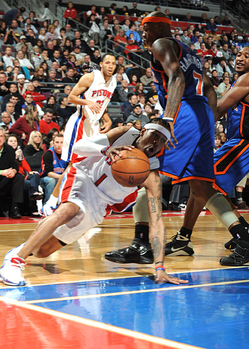 Allen Iverson cuts to the basket on a unaware Knicks Team