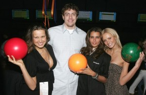 David Lee Relaxs with the Ladies!